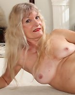 Cute cougar Lisa plays with older twat.